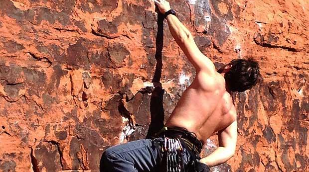 Mann klettert
