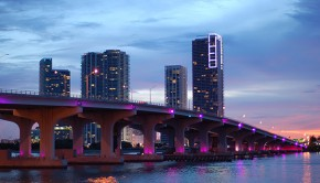Brücke und Hochhäuser in Miami