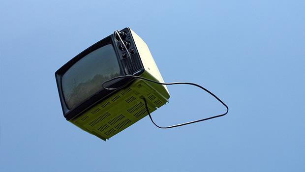 Fernseher fliegt durch die Luft