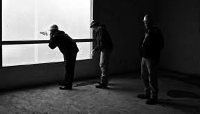Arbeiter beaufsichtigen Bau