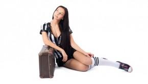 Schöne Frau mit Koffer