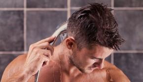 Ein Mann wäscht seine Haare
