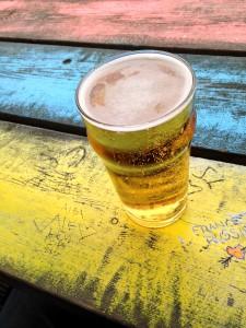 Bierglas steht auf dem Tisch