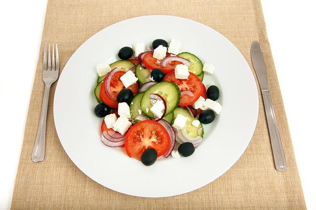 Salat mit Feta, Tomaten, Zwiebeln und Gurke