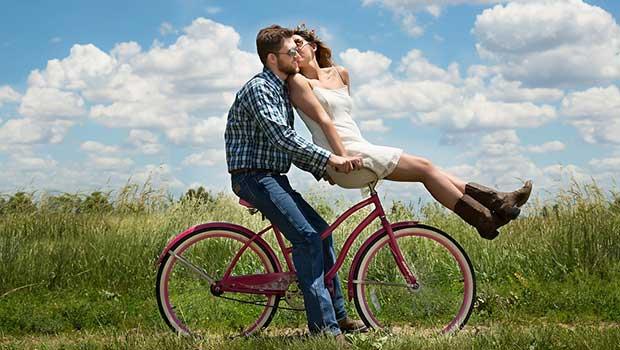 Pärchen auf dem Fahrrad