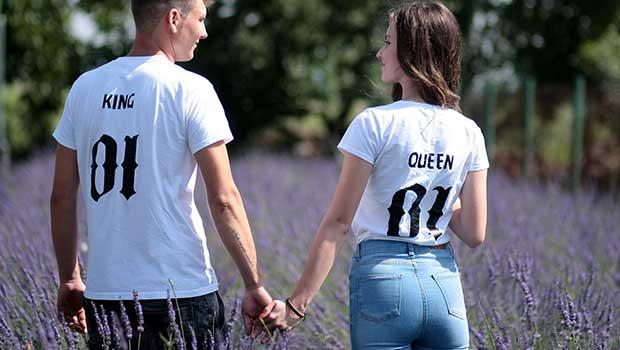 der Mann leitet die Frau durch das Date