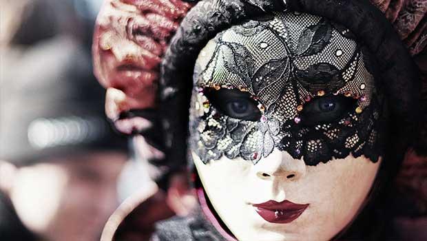 Maskierte Frau im Kostüm