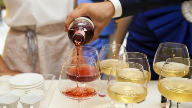 Alkohol trinken auf einer Feier