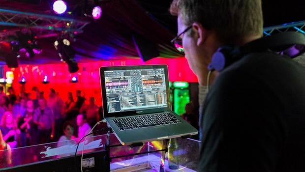 DJ auf einer Party