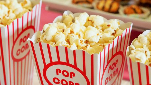 Mit der Freundin ins Kino Popcorn erstes Date