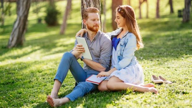 Ein hübsches Mädchen flirtet mit einem jungen Mann