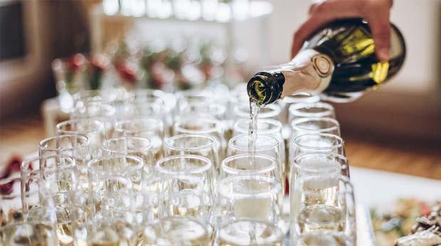 Champagner in Gläser eingießen