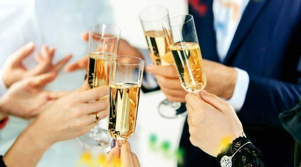 Champagner in entspannter Runde trinken